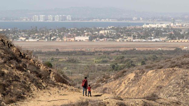 Караван мигрантов пытается пересечь американскую границу, какова реакция правительства США? 2021