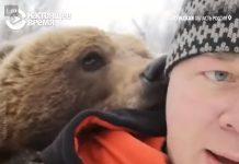 Российские летчики спасли двухмесячного медвежонка Мансура, которого им подкинули