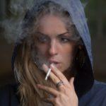 курящая девушка
